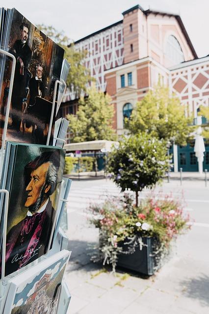 Bayreuther Festspielhaus mit Wagnerpostkarte
